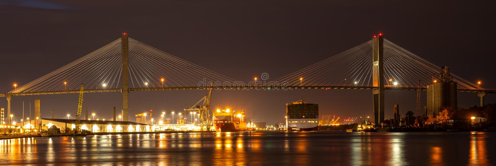 Talmadge Memorial Bridge is een brug in de Verenigde Staten die de Savannah-rivier overspant tussen Savannah, Georgia en royalty-vrije stock foto