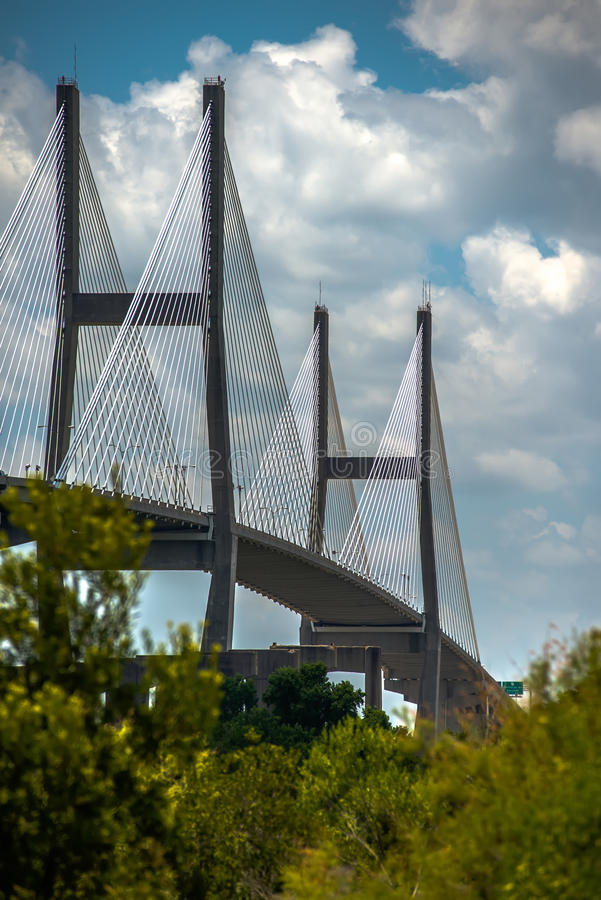 Talmadge Memorial Bridge i savannahen georgia arkivfoton