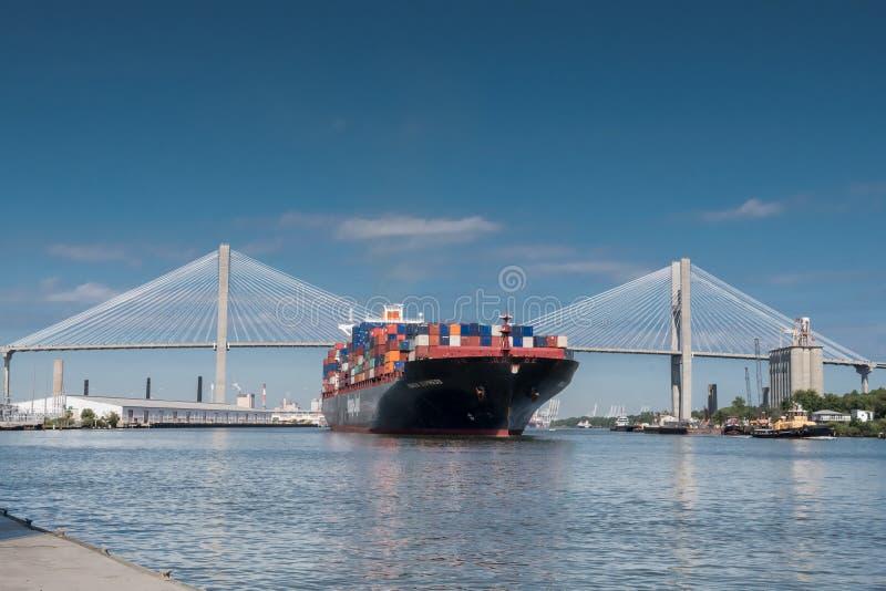 Talmadge Memorial Bridge und Containerschiff in der Savanne lizenzfreies stockfoto