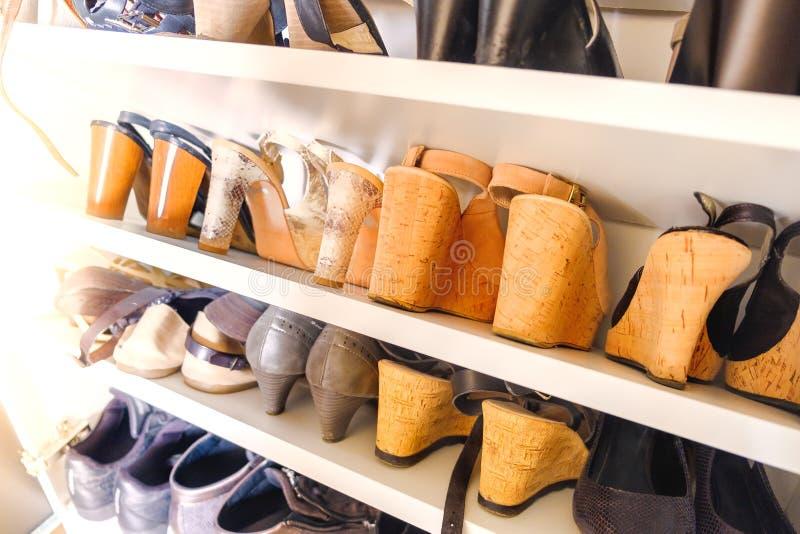 Talones de madera del corcho de los zapatos de tacón de las mujeres del estante del zapato imagenes de archivo