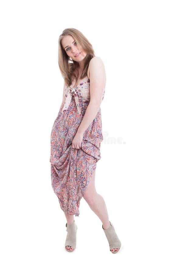 Talons de port de jeune modèle gai et robe en soie à la mode photos libres de droits