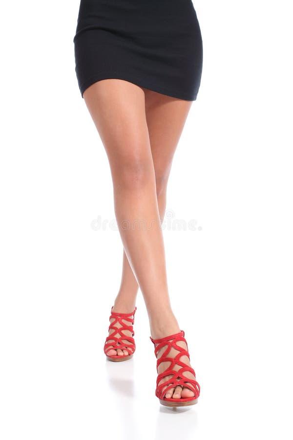 Talons de port de marche de jambes de femme cirés par beauté photos stock