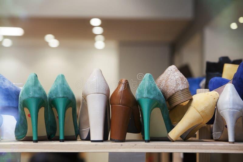 Talons hauts dans le magasin de chaussures photos libres de droits