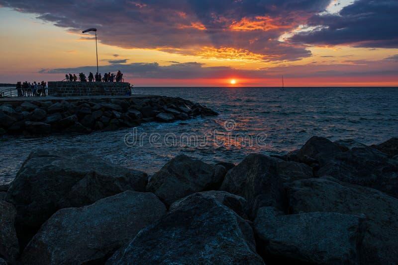 Talpa con il tramonto e le nuvole in Warnemuende, Germania fotografie stock