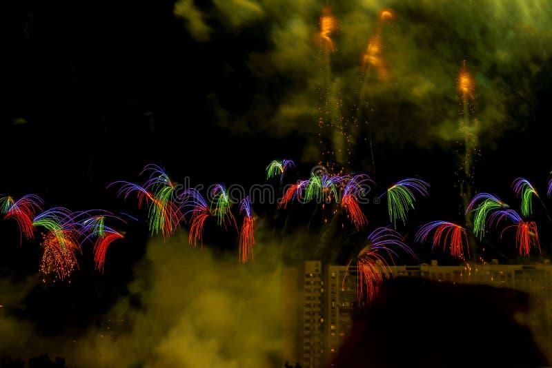 Talrijk multicolored vuurwerk, begroetingen, kleine maar ongebruikelijke vormen Scène van Vuurwerkfestival, Concurrentie stock foto's