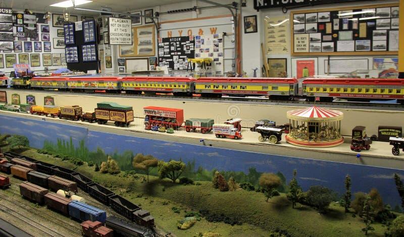 Talrijke modeltreinen op elke oppervlakte van grote ruimte, Oswego-Spoorwegmuseum, New York, 2016 stock foto's