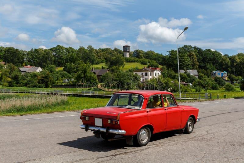 Talsi, Lettland - 28. Juli 2017: Rotes sowjetisches moskvi Auto der alten Weinlese stockfotografie