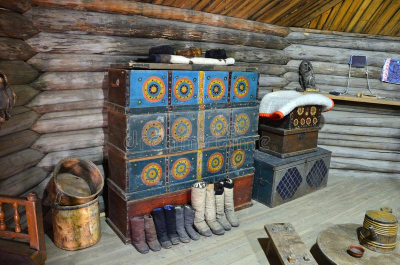 Taltsy,伊尔库次克地区,俄罗斯, 2017年3月, 02日 妇女` s一半在伊尔库次克建筑民族志学博物馆` Tal的Buryat yurt 免版税图库摄影
