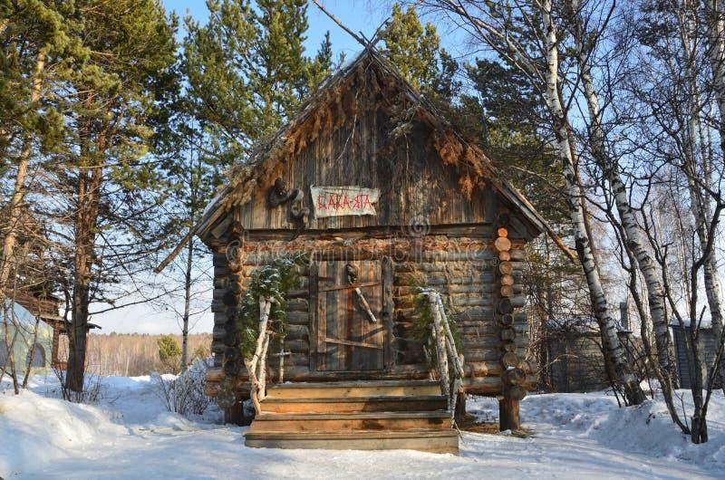 Taltsy,伊尔库次克地区,俄罗斯, 2017年3月, 02日 酵母酒蛋糕Yaga房子在伊尔库次克建筑民族志学博物馆` Taltsy `的在wi 库存照片
