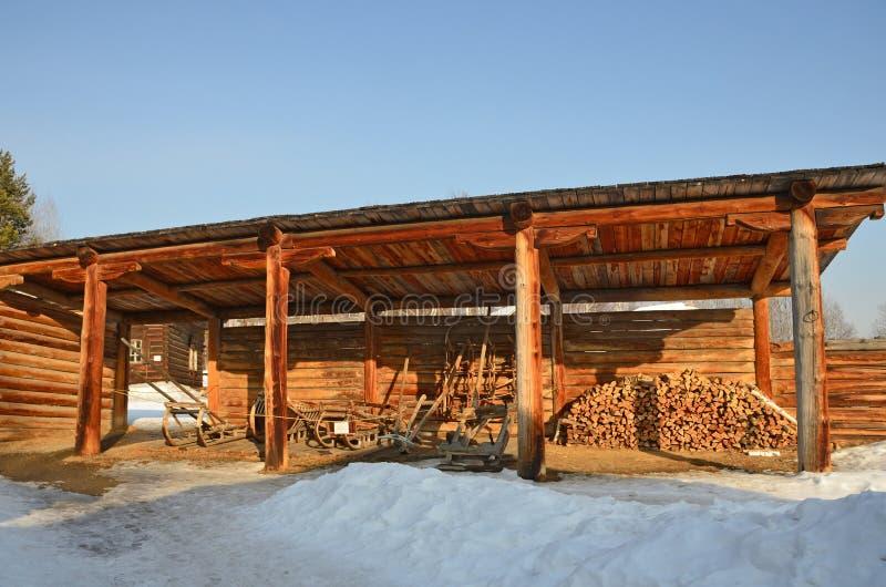 Taltsy Irkutsk region, Ryssland, mars, 02, 2017 Arkitektoniskt ethnographic museum Taltsy Inre borggård av lantgården av Nepom arkivfoton