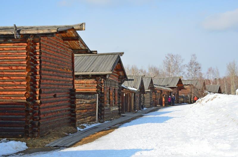 Taltsy Irkutsk region, Ryssland, mars, 02, 2017 Taltsy för Irkutsk arkitektonisk-ethnographic museum` `, De rekonstruerade gatorn royaltyfria bilder