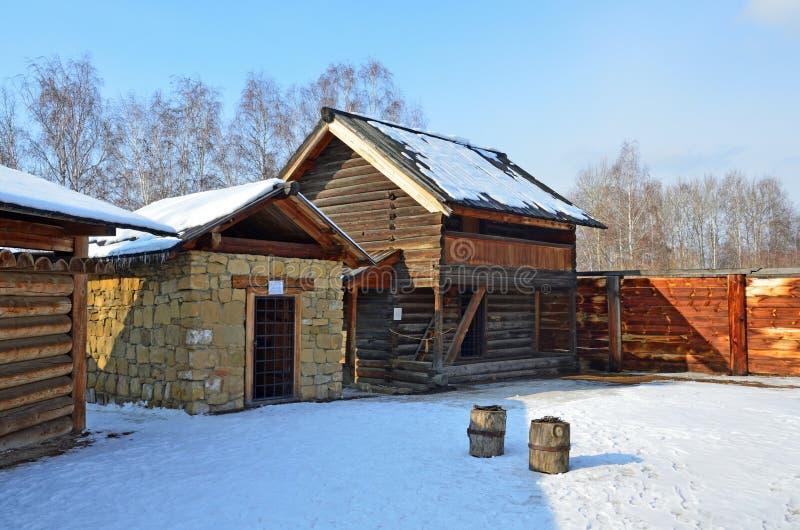 Taltsy Irkutsk region, Ryssland, mars, 02, 2017 Församlingfängelse av århundrade 19 i Taltsy för Irkutsk arkitektonisk-ethnograph royaltyfri fotografi