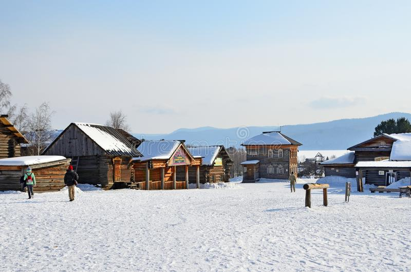 Taltsy Irkutsk region, Ryssland, mars, 02, 2017 Folk som går i Taltsy för Irkutsk arkitektonisk-ethnographic museum` `, Reconsten arkivfoton