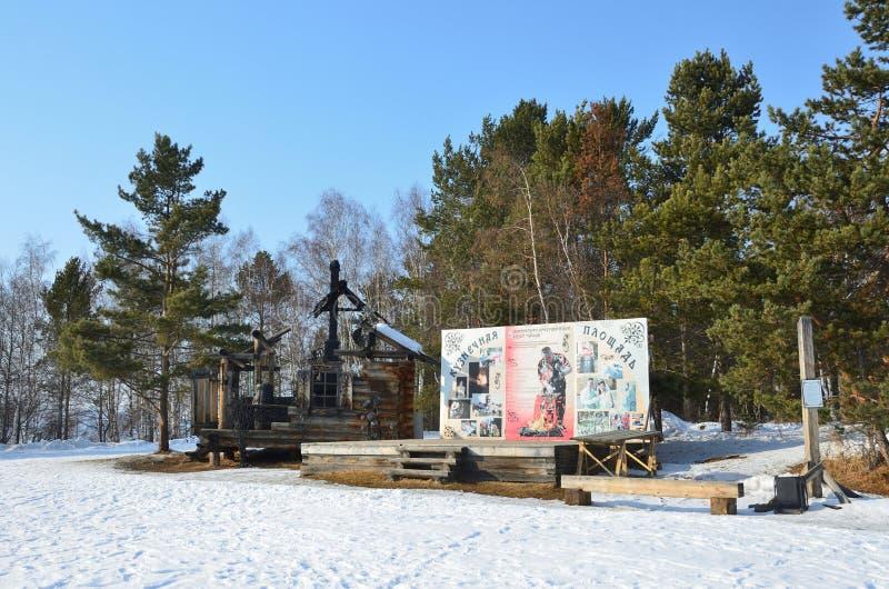 Taltsy Irkutsk region, Ryssland, mars, 02, 2017 Koja i slitsen på hovslagarefyrkanten i vinter i den arkitektoniska-ethnog Irkuts arkivbilder