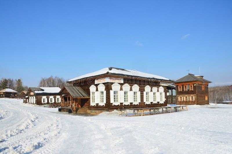 Taltsy Irkutsk region, Ryssland, mars, 02, 2017 Krog i det gamla rysshuset i vintern, Irkutsk arkitektonisk-ethnographic Mus royaltyfri foto
