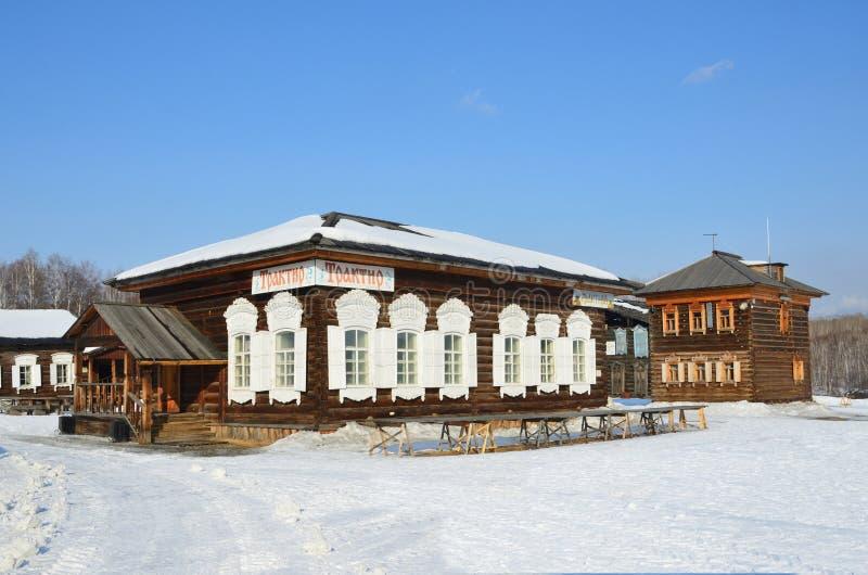 Taltsy Irkutsk region, Ryssland, mars, 02, 2017 Krog i det gamla rysshuset i vintern, Irkutsk arkitektonisk-ethnographic Mus arkivbilder