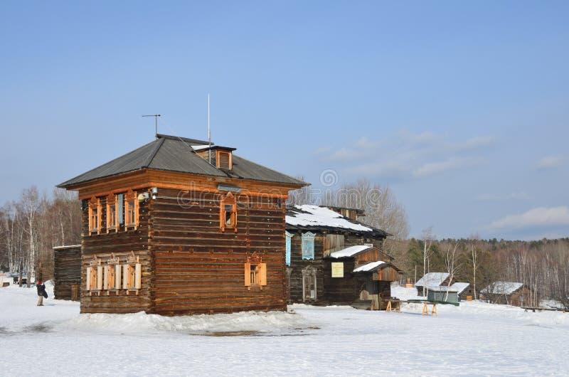 Taltsy Irkutsk region, Ryssland, mars, 02, 2017 Polisstation och ett fragment av huset av Mogileva i den Irkutsk architecturen fotografering för bildbyråer
