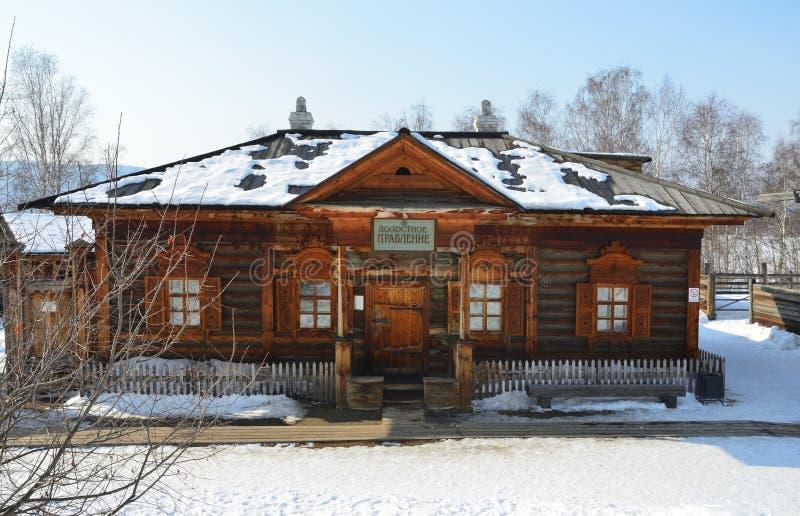 Taltsy Irkutsk region, Ryssland, mars, 02, 2017 Träbyggnad av ` för `-församlingbräde i Irkutsken arkitektonisk-ethnographic Mus arkivbild