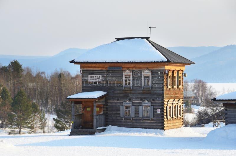 Taltsy, région d'Irkoutsk, Russie, mars, 02, 2017 Commissariat de police du siècle 19 dans le ` architectural-ethnographique de m images stock