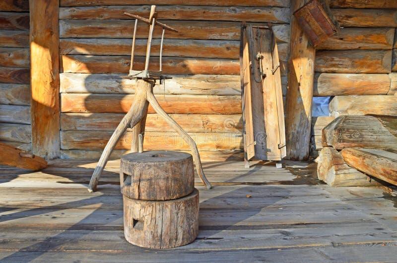 Taltsy, região de Irkutsk, Rússia, março, 02, 2017 Museu etnográfico arquitetónico Taltsy Pátio interno da exploração agrícola de imagens de stock