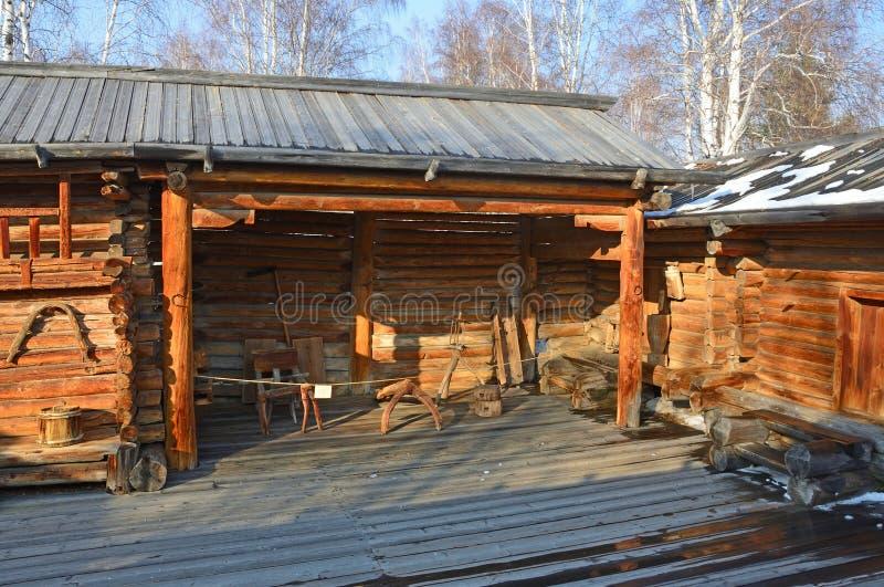 Taltsy, región de Irkutsk, Rusia, marzo, 02, 2017 Museo etnográfico arquitectónico Taltsy Patio interno de la granja de Nepom fotos de archivo libres de regalías