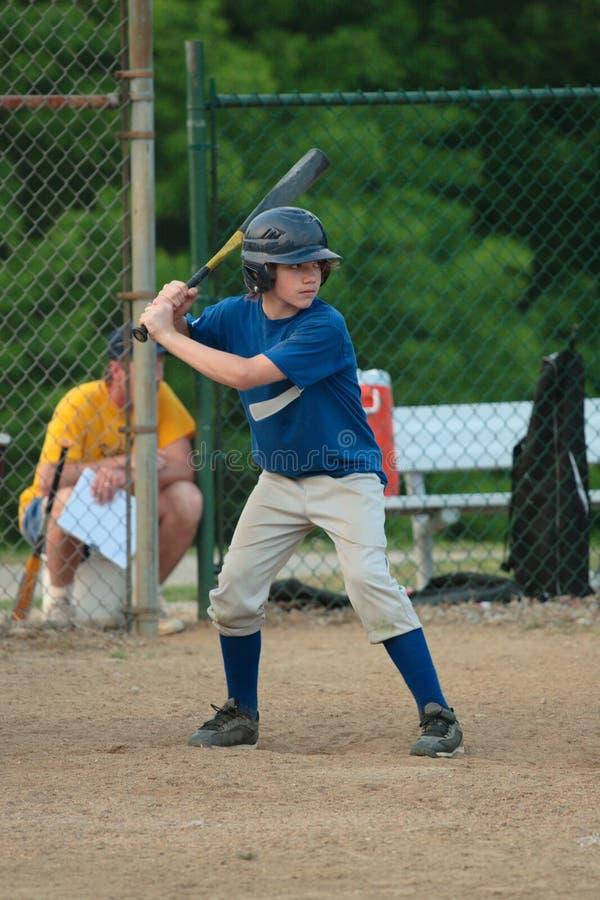 Talud adolescente del béisbol de la juventud fotos de archivo