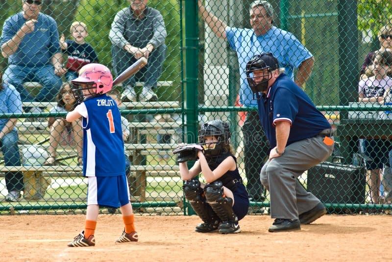 Talud del beísbol con pelota blanda de la muchacha imagen de archivo