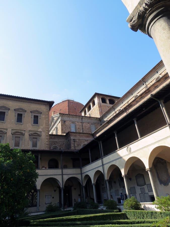 Taly Florence, borggården av kyrkan av San Lorenzo royaltyfri fotografi