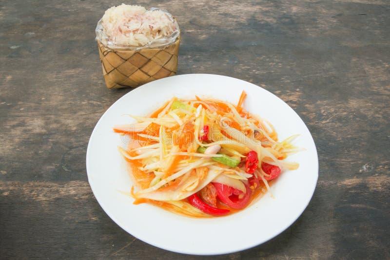 Tam тайское, зеленый салат сома папапайи, липкий рис в бамбуковом containe стоковые изображения