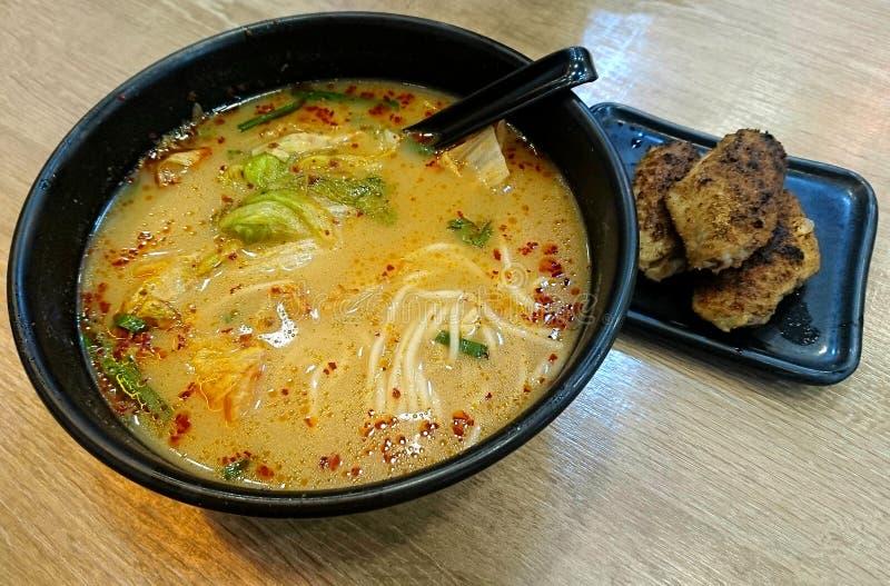 Tam Chai Noodles e asas de galinha picantes em Hong Kong imagem de stock royalty free