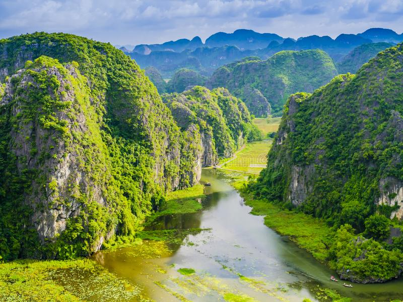 Tam Coc med karstbildande och risfältfält, Ninh Binh landskap, Vietnam royaltyfria foton