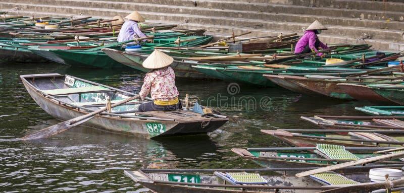 TAM COC, VIETNAM - NOVEMBER 15, 2018: Het roeien van boot die op pa wachten stock afbeeldingen