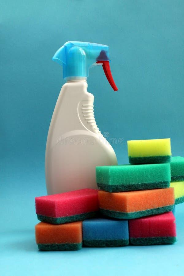 Tam jest narzędzie dla myć okno z udziałami kolorowe gąbki obraz stock