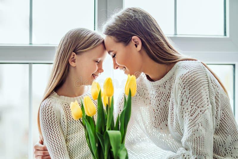 Tam jest nic specjalny niż matki miłość Potomstwa macierzyści i jej córka stawia ich głowy wpólnie podczas gdy utrzymujący ich obraz stock