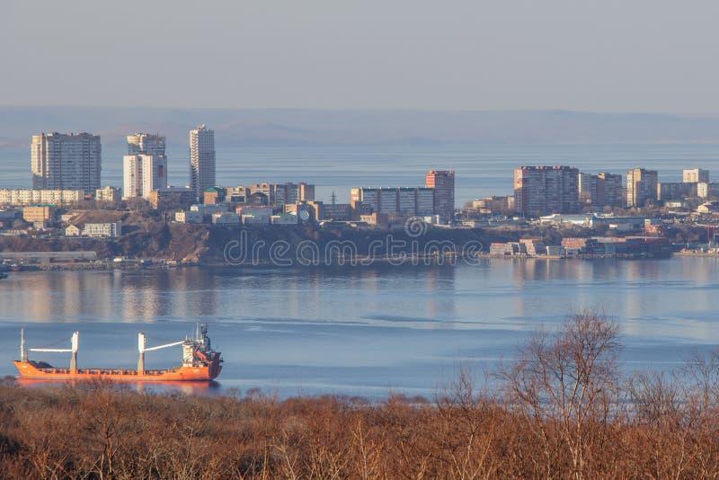 Tam jest wyspy rosjanin w Vladivostok bez śniegu w zimie zdjęcia royalty free