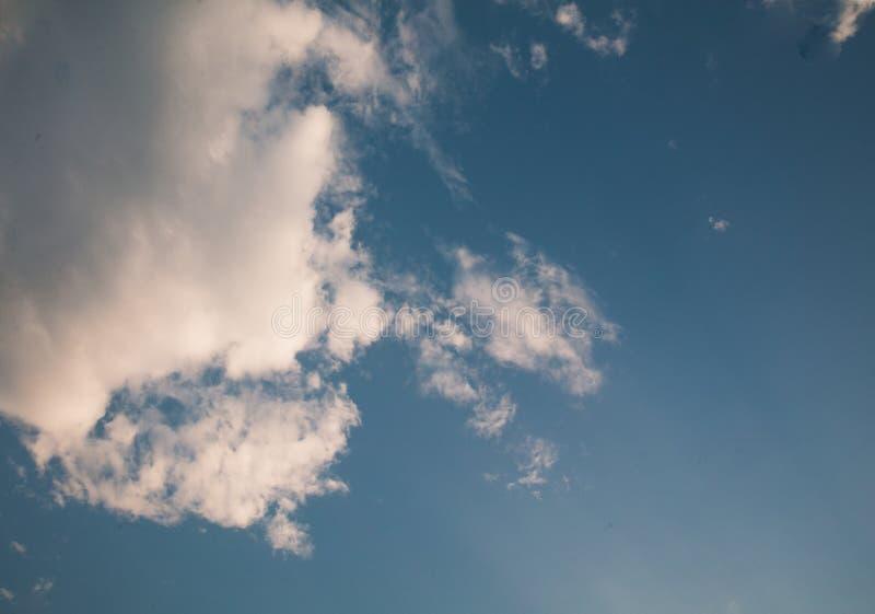Tam są biali chmury unosi się w jasnym niebie obrazy stock