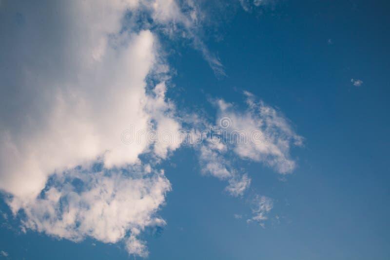 Tam są biali chmury unosi się w jasnym niebie fotografia stock