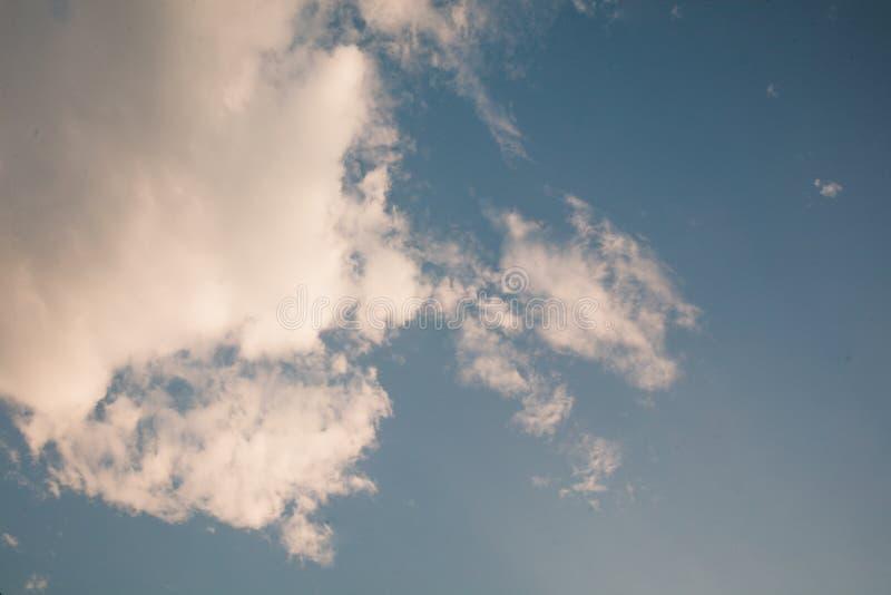 Tam są biali chmury unosi się w jasnym niebie zdjęcia stock