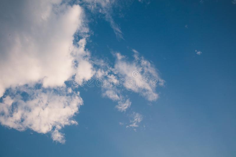 Tam są biali chmury unosi się w jasnym niebie zdjęcie royalty free