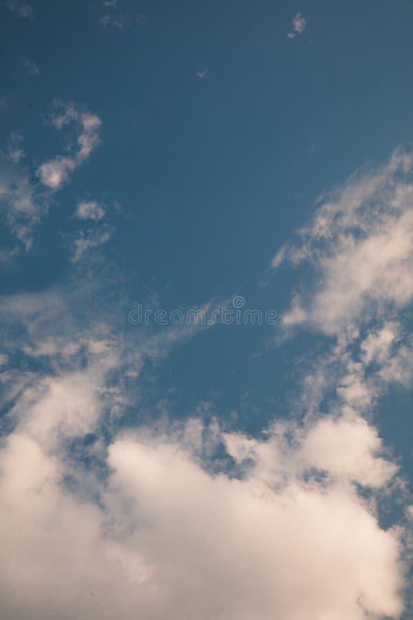 Tam są biali chmury unosi się w jasnym niebie zdjęcia royalty free