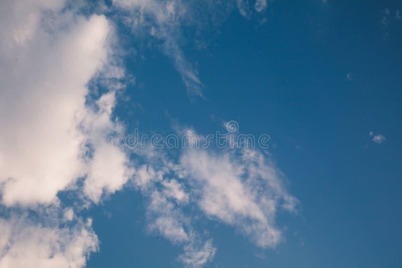 Tam są biali chmury unosi się w jasnym niebie obrazy royalty free
