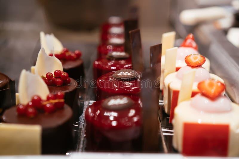 Tam są różni typy desery w postaci małych tortów obraz royalty free