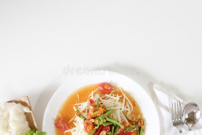 Tam tailandese, insalata verde del som della papaia sulla tavola bianca con spazio fotografia stock