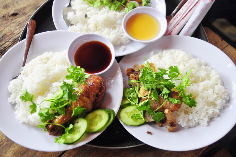 Tam vietnamita con le gambe di pollo fritto, carne di maiale di COM o dei risi schiacciati fotografia stock libera da diritti