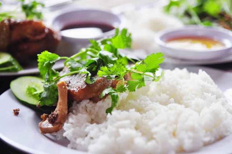 Tam vietnamita con le gambe di pollo fritto, carne di maiale di COM o dei risi schiacciati immagini stock libere da diritti