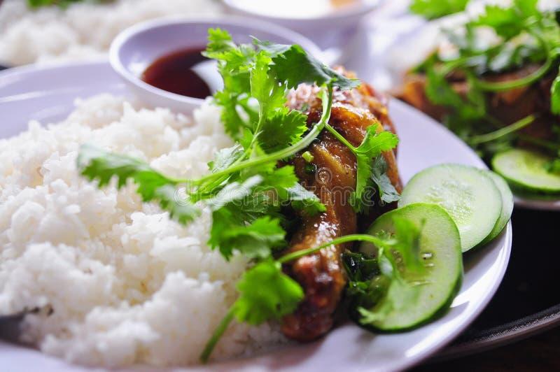 Tam vietnamita con le gambe di pollo fritto, carne di maiale di COM o dei risi schiacciati immagini stock