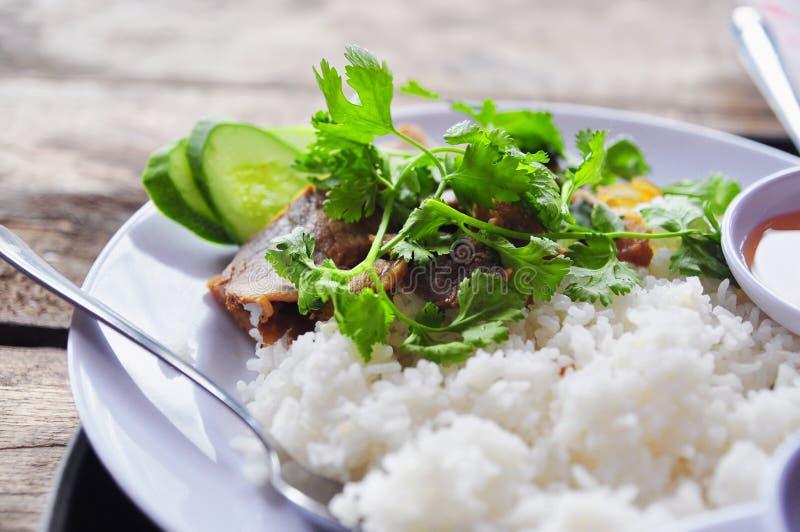 Tam vietnamita con le gambe di pollo fritto, carne di maiale di COM o dei risi schiacciati fotografia stock