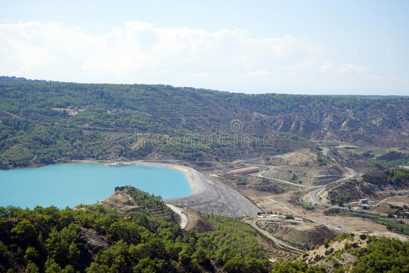 Tama i jezioro w górze zdjęcia stock