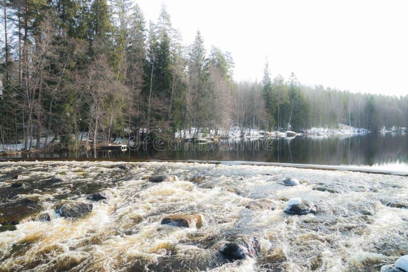 Tama i próg na rzecznym Jokelanjoki, Kouvola, Finlandia zdjęcia stock
