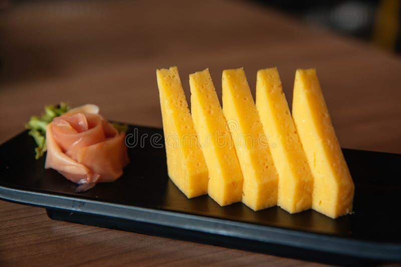 Tamagoyaki寿司,滚动的鸡蛋 免版税库存图片